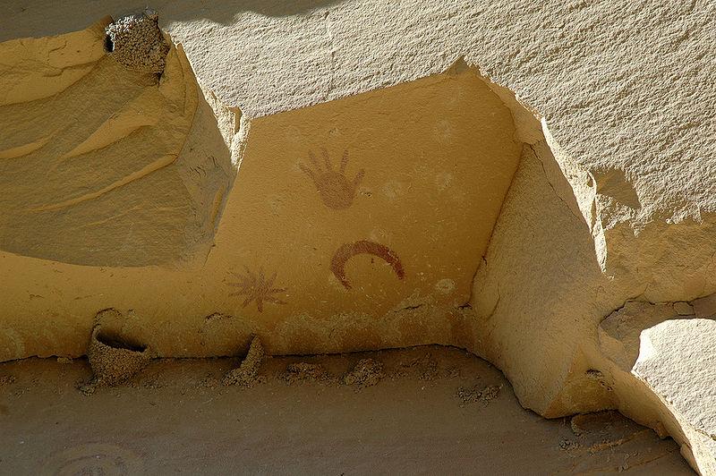 800px-Chaco_canyon_pueblo_bonito_petroglyphs